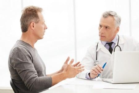 мужчина говорит с врачом