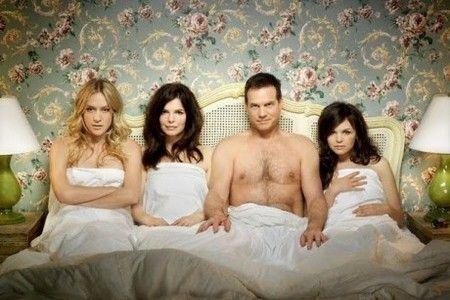 Мужчина в кровати с тремя женщинами