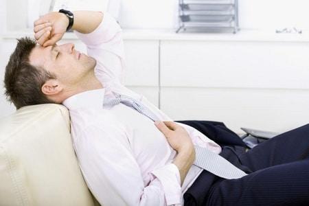 мужчина чувствует усталость