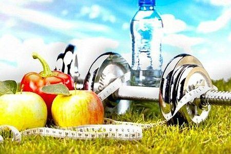 Яблоки, гантель и бутылка воды.