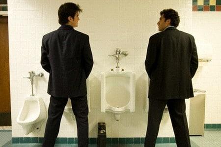 Мужчины в туалете