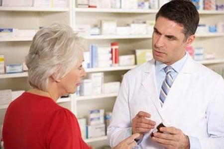Врач показывает препарата пациенту
