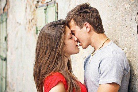 Женщина целует мужчину