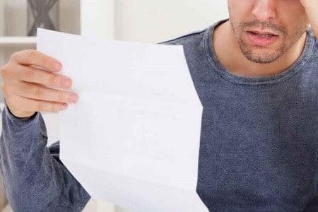 Мужчина читает инструкцию