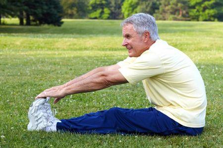 Пожилой мужчина выполняет упражнения