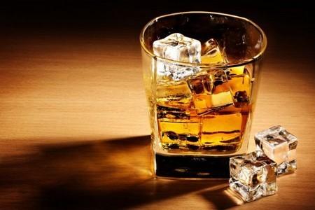 Стакан с алкоголем и кубики льда