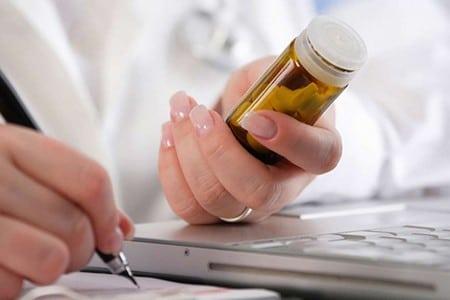 Врач держит в руке лекарство