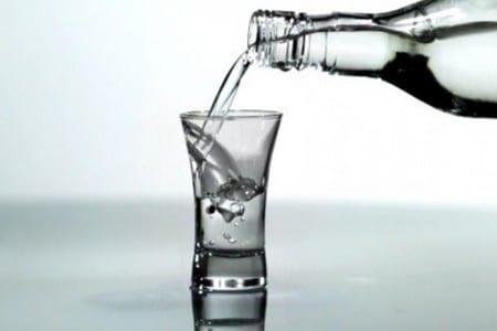 Бутылка и стакан с алкоголем