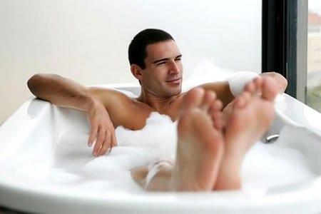 мужчина у ванной