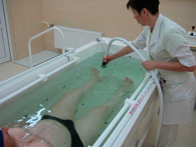 Физиотерапевтическая процедура в ванне