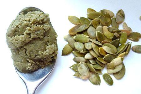 Смесь из меда и тыквенных семечек в ложке