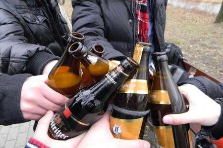 Бутылки с пивом в руках мужчин
