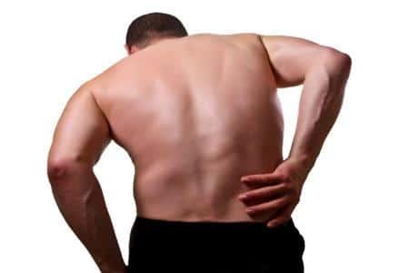 Мужчина держится за правую сторону спины