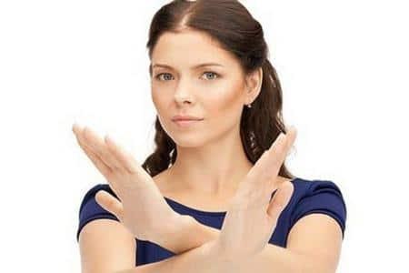 женщина скрестила руки