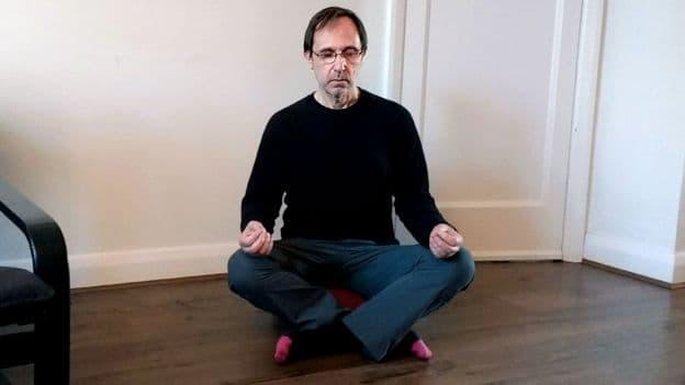 Генри медитирует
