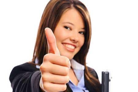женщина держит палец вверх