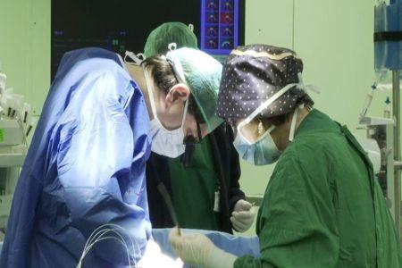 Хирург делает операцию