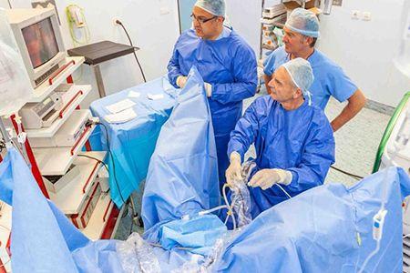 врачи проводят операцию