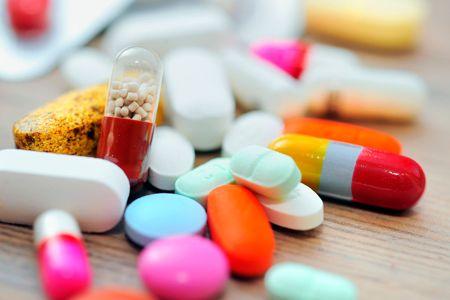 Россыпь таблеток и капсул