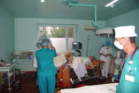 Хирурги и пациент в  операционной