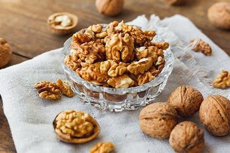 ядра грецких орехов в пиале
