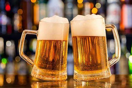 две кружки с пивом
