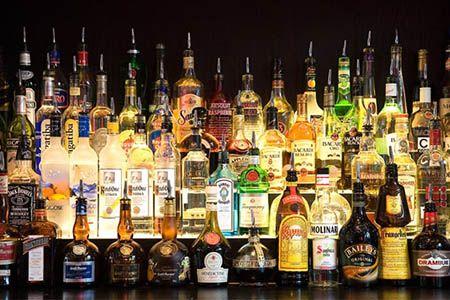 много бутылок с алкоголем
