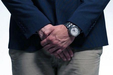 Мужчина прикрывает руками пах