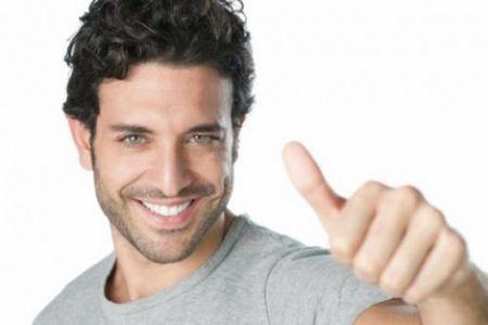 мужчина держит палец вверх