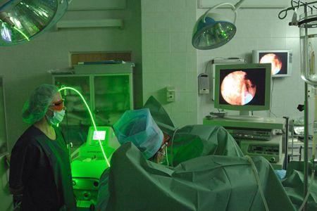 Хирурги и аппаратура для лазерной операции