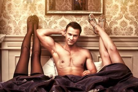 мужчина и женские ноги