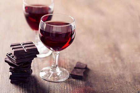 шоколад и бокалы с вином