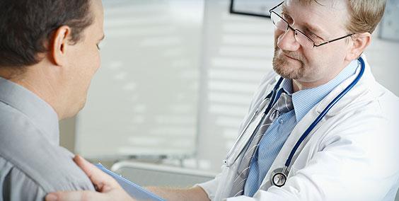 врач держит за плечо пациента