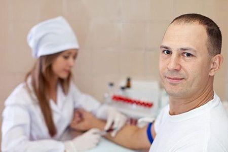 у мужчины берут кровь с вены